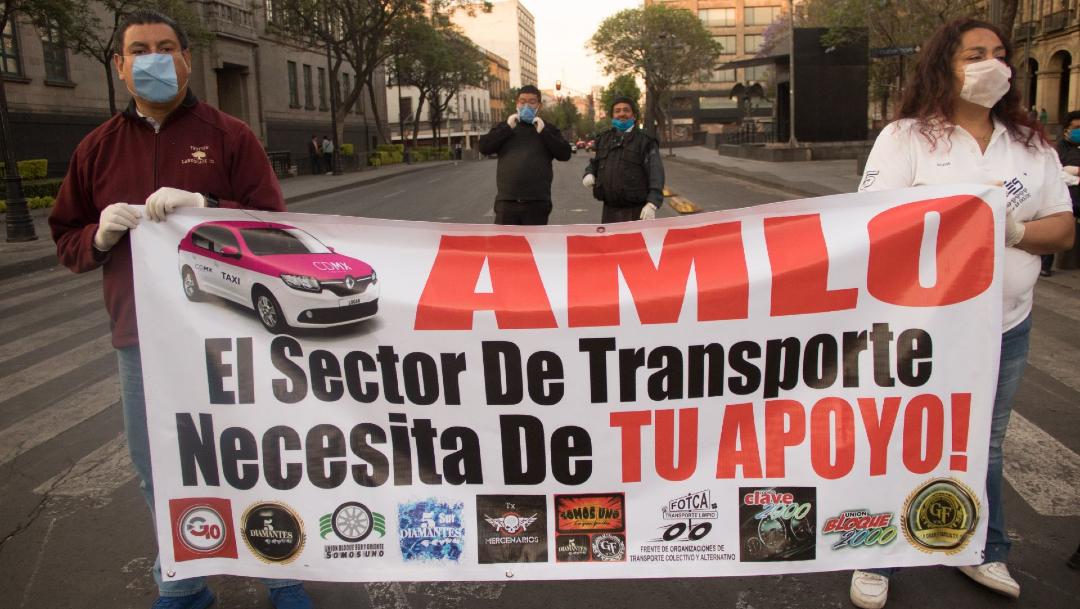 Taxistas se manifiestan frente al Palacio Nacional, y exigen audiencia con el Presidente. (Foto: Cuartoscuro/archivo)
