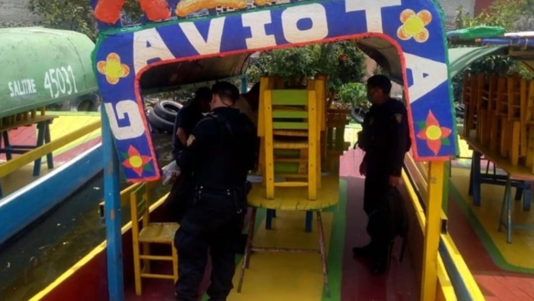 Elementos de la Policía Ribereña revisan una trajinera en Xochimilco. SSC