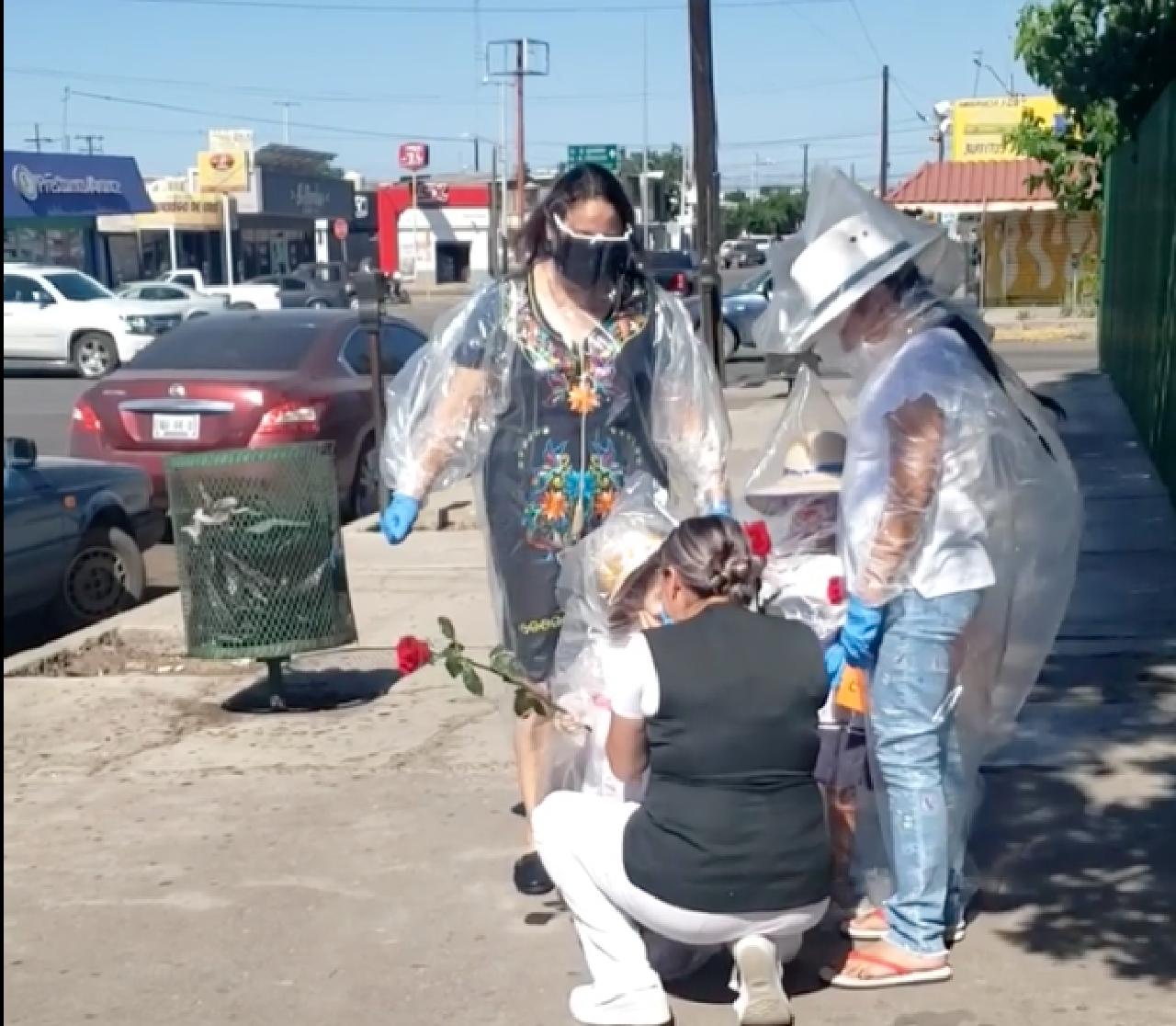Dia-de-la-Madre-Día-de-la-Madre-Madre-Niños-se-Cubren-de-Plastico-Plástico-Mama-Enfermera-Madre-Enfermera-Ciudad-Delicias-Chihuahua, Ciudad de México, 11 de Mayo 2020