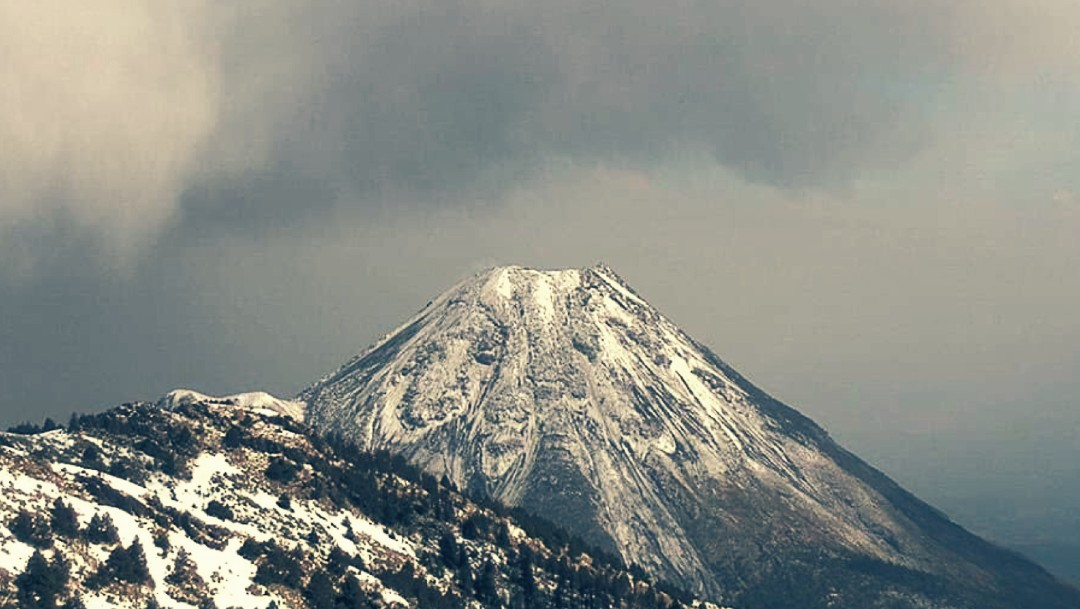 Por primera vez en décadas, el Nevado y el Volcán de Fuego de Colima se cubren de nieve en mayo
