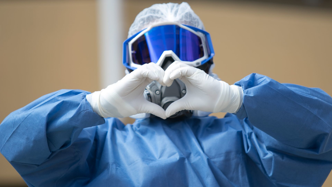 Personal médico del área Covid-19 posa haciendo un corazón con sus manos