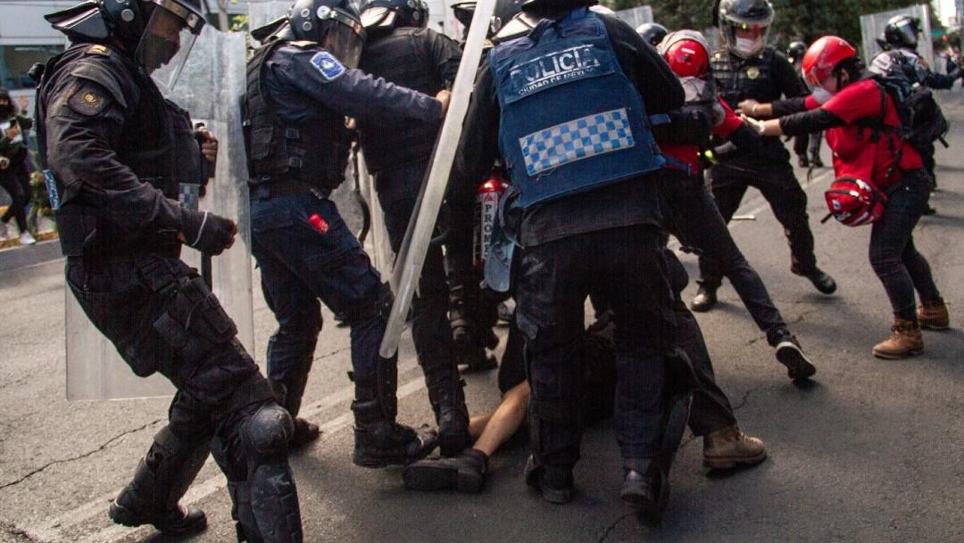 FGJCDMX investiga abuso policial contra joven en protesta