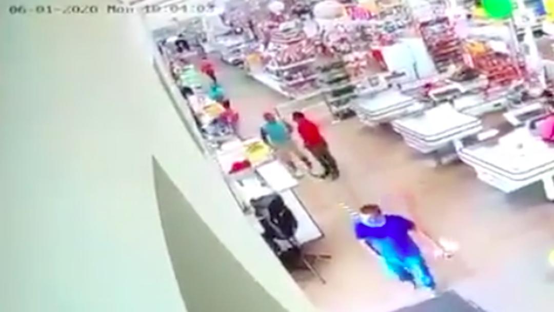 Golpea brutalmente a empleado que le pidió usar cubrebocas; lo denuncian en redes sociales