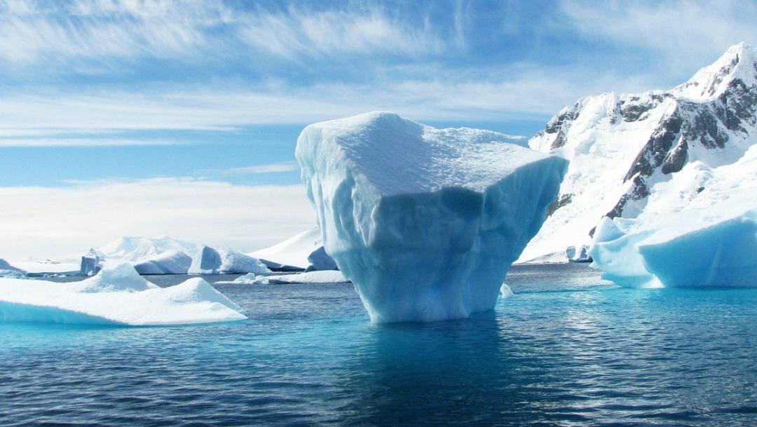 iceberg-artico-hielo-agua-azul