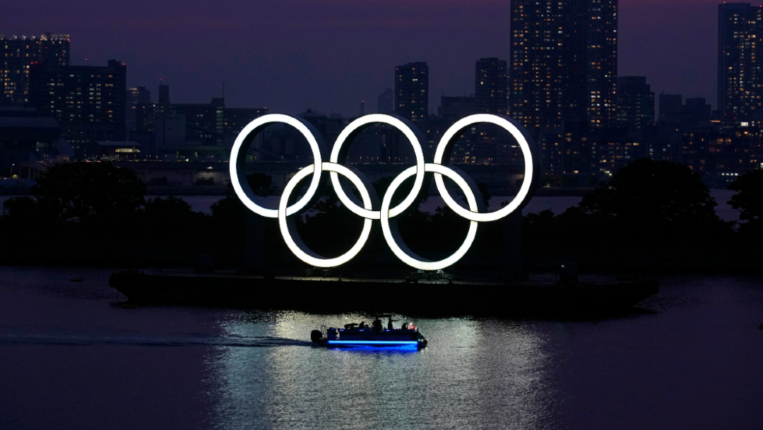 Los anillos olímpicos flotan en un lago de Odaiba, en Tokio. (Foto: AP)
