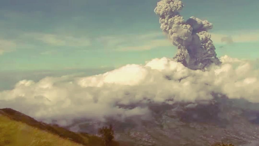 Volcán Merapi en Indonesia registra doble erupción y genera enorme columna de seis kilómetros
