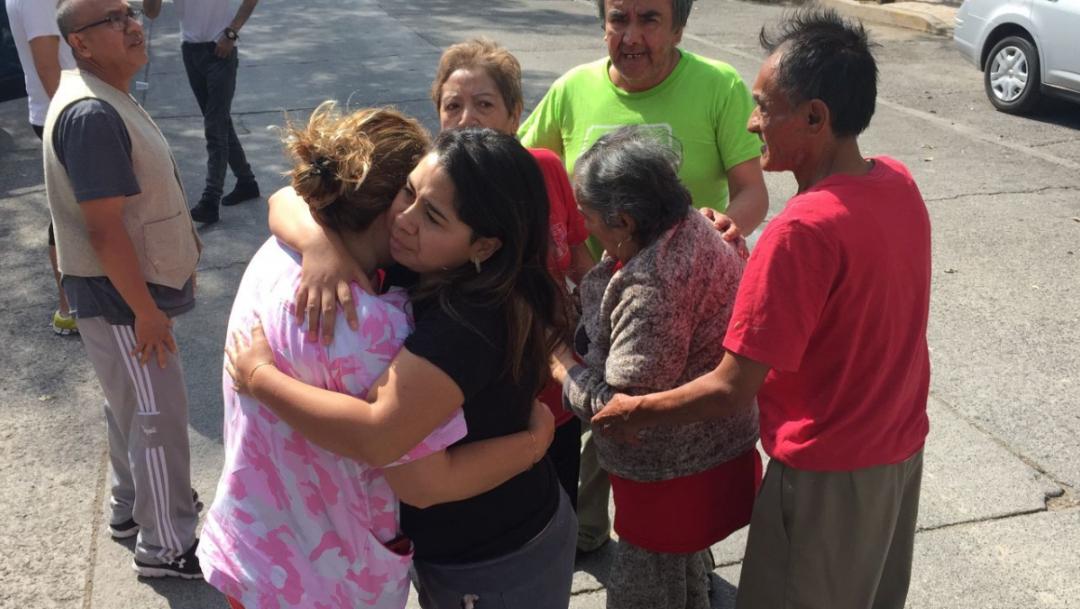 personas abrazandose