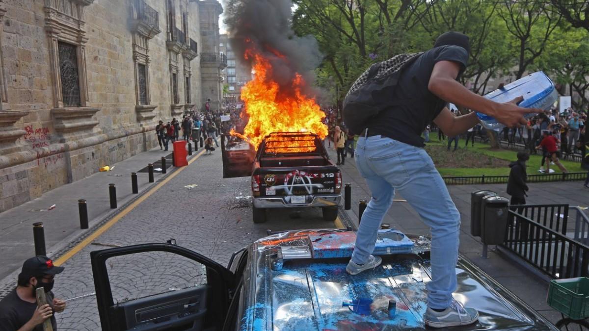 Jalisco: Buscan a quien prendió fuego a policía en protesta