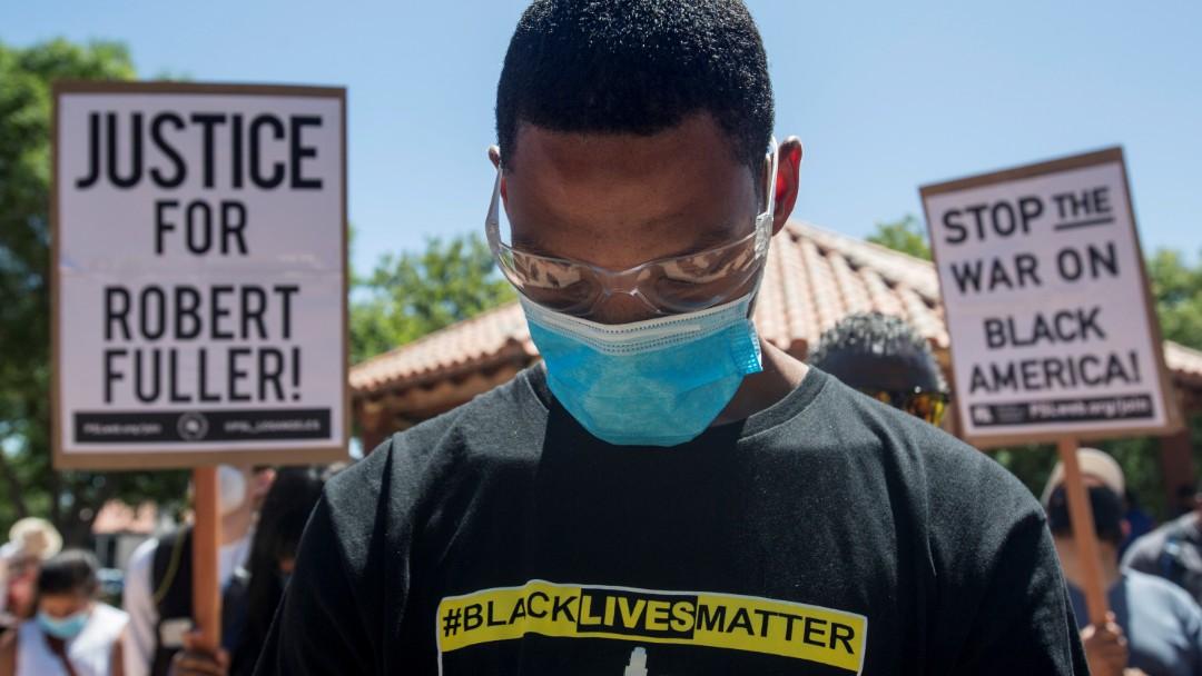 Miles protestan por la muerte de Robert Fuller. Reuters