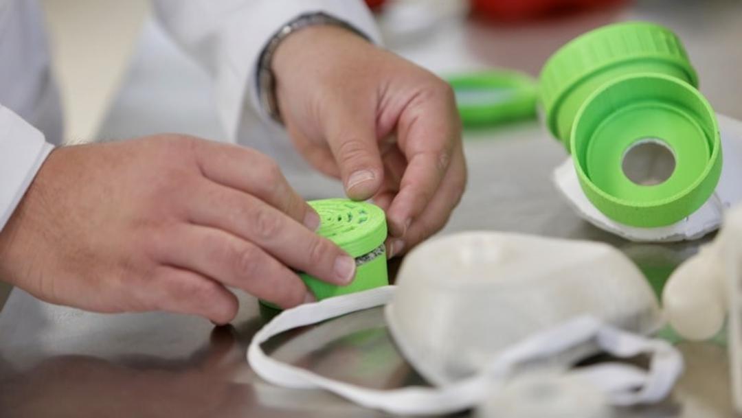 Cubrebocas-blanco-taparosca-verde-manos-deteniendolo