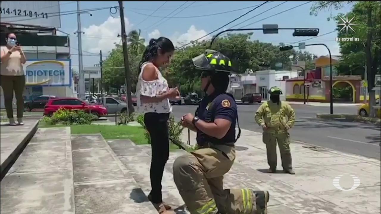 Bombero de Colima pide matrimonio a su novia en medio de la pandemia y con ayuda de camión y compañeros de la institución