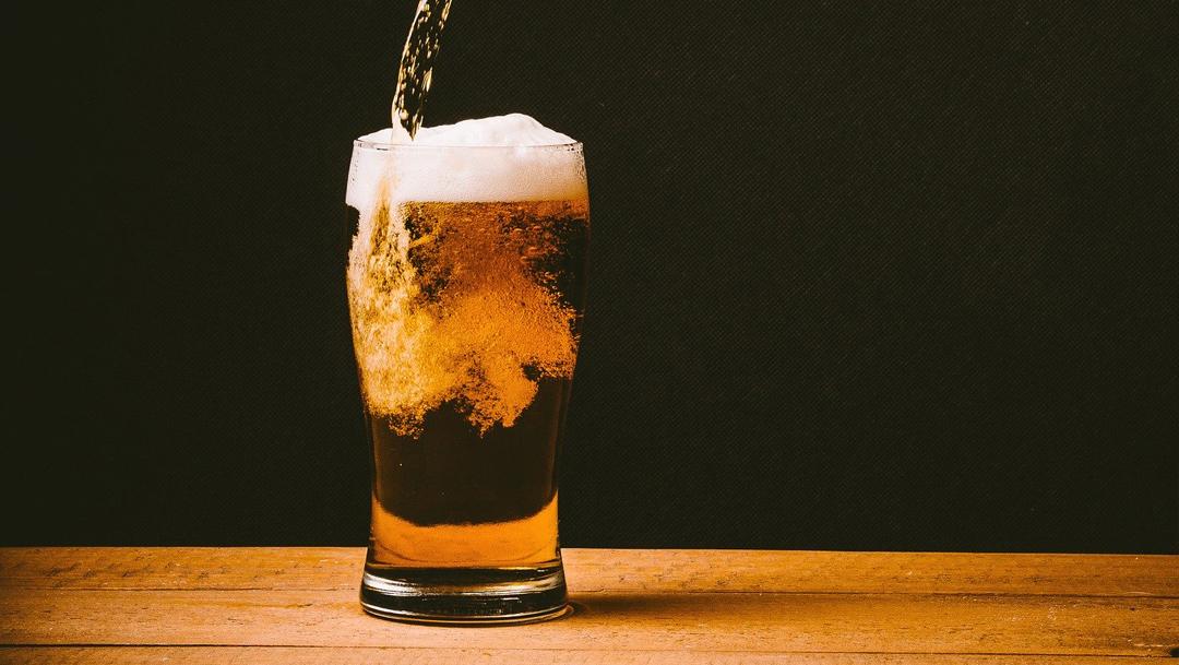 vaso de cerveza para ilustrar nota del dia de la cerveza