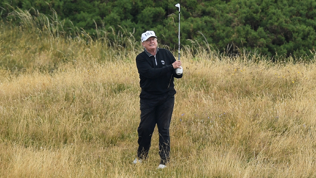 El presidente Donald Trump jugando golf