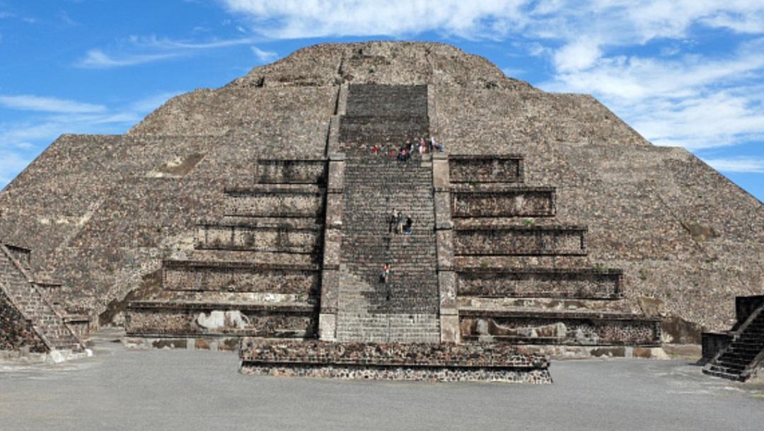 Foto piramide de la Luna en Teotihuacán
