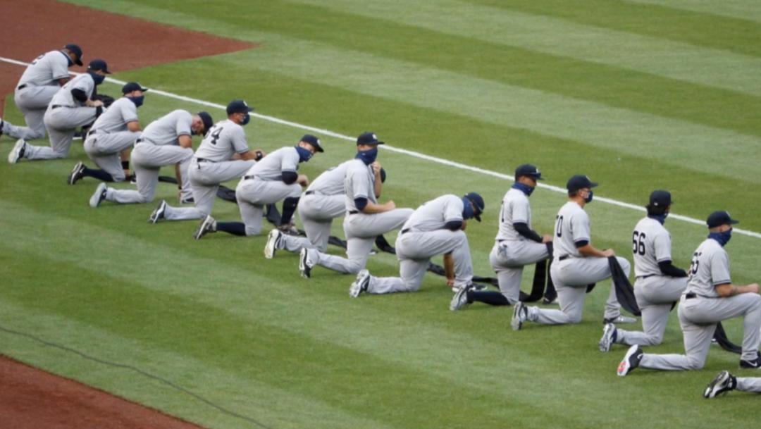 Jugadores de los Yankees se arrodillan