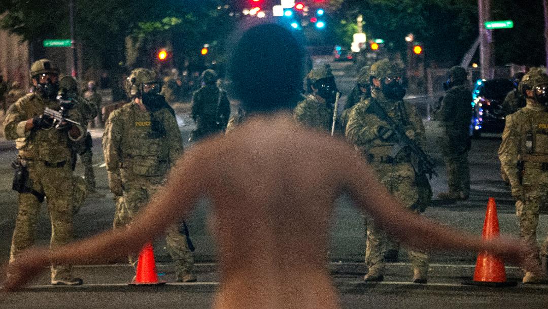 Atenea desnuda de portland frente a policias