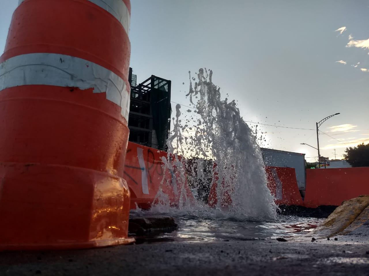 Megafuga de agua afecta Eje 3 Sur y Eje Central Lázaro Cárdenas, CDMX