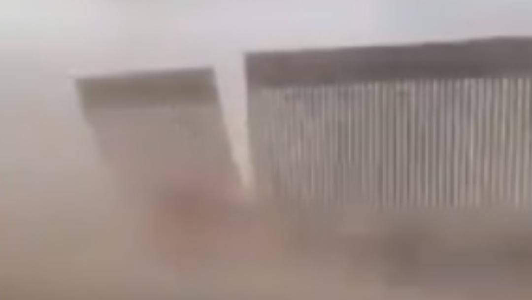 Cae muro de Trump por tormenta captura de pantalla