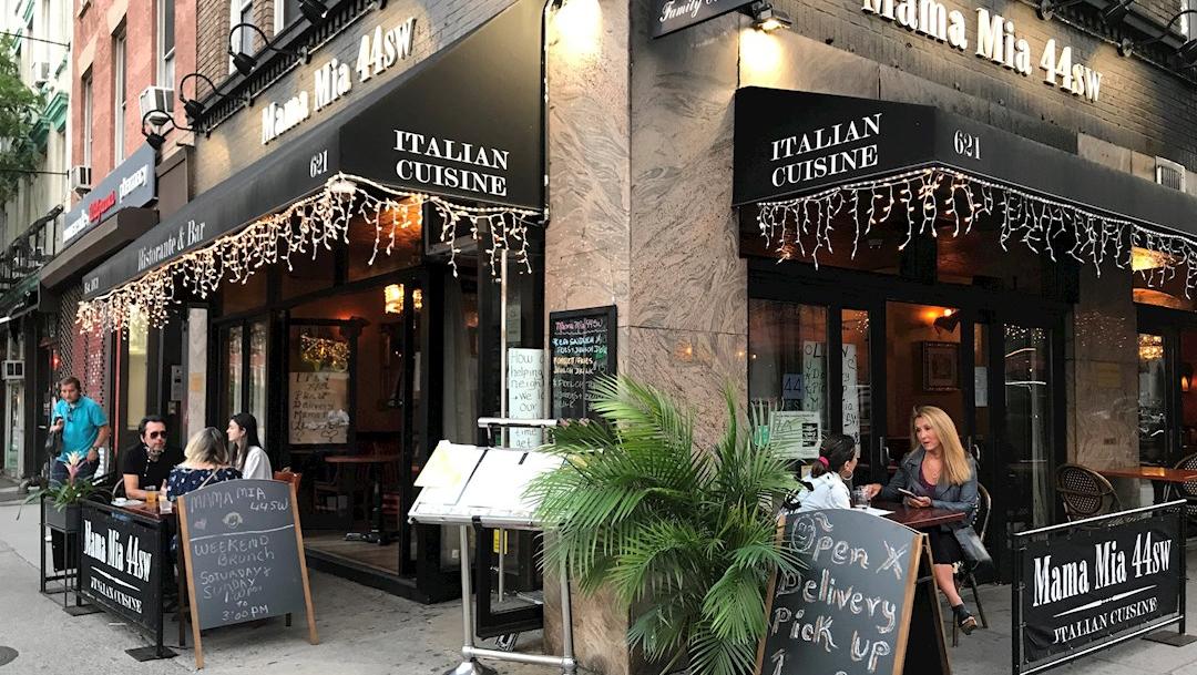 Unas personas comen en el restaurante Mama Mia 44sw, en el barrio de Hell's Kitchen en Nueva York (EE.UU). (Foto: EFE)