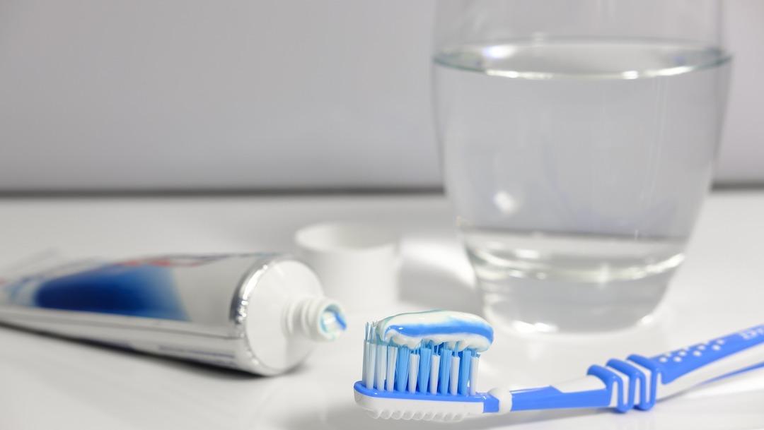 Higiene bucal ayuda a prevenir el COVID-19, cepillo y pasta dental