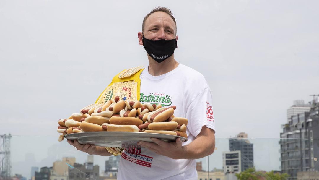 Pese a pandemia se celebra concurso de comer hot dogs en Nueva York