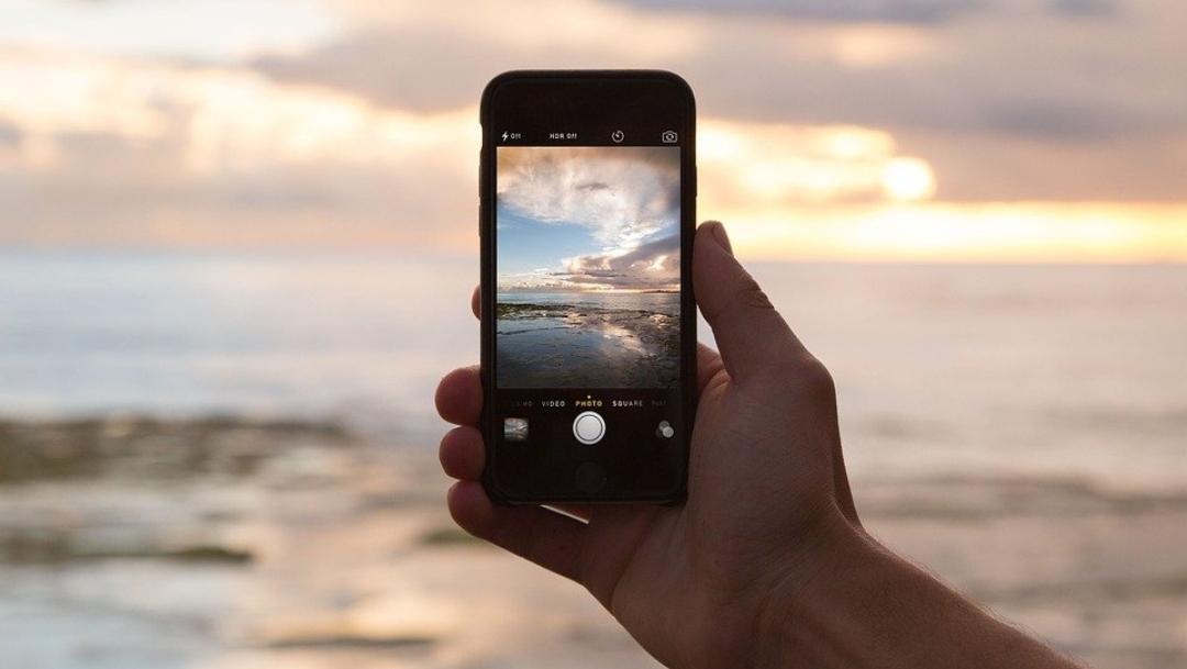 Teléfono con la cámara activada. (Imagen de archivo Pixabay)