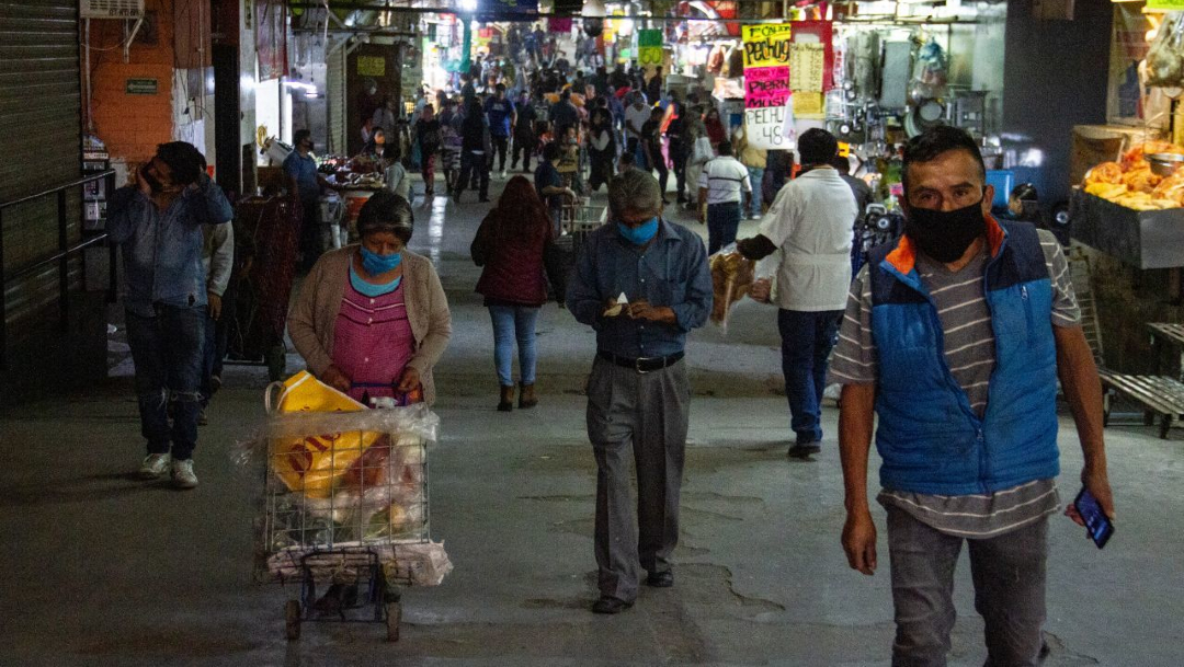 Personas salen a tianguis y mercados de la CDMX sin respetar sana distancia