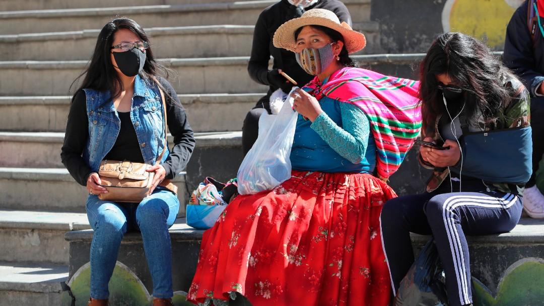 Una mujer aimara vende tapabocas en Bolivia