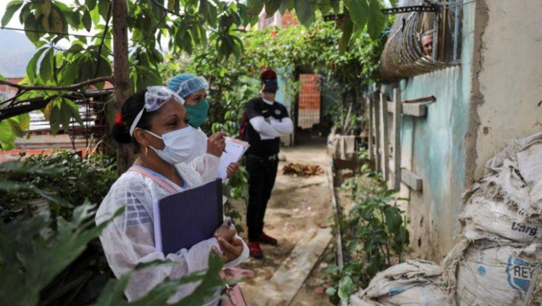 Personal médico recorre un barrio popular en Caracas durante la pandemia de coronavirus COVID-19