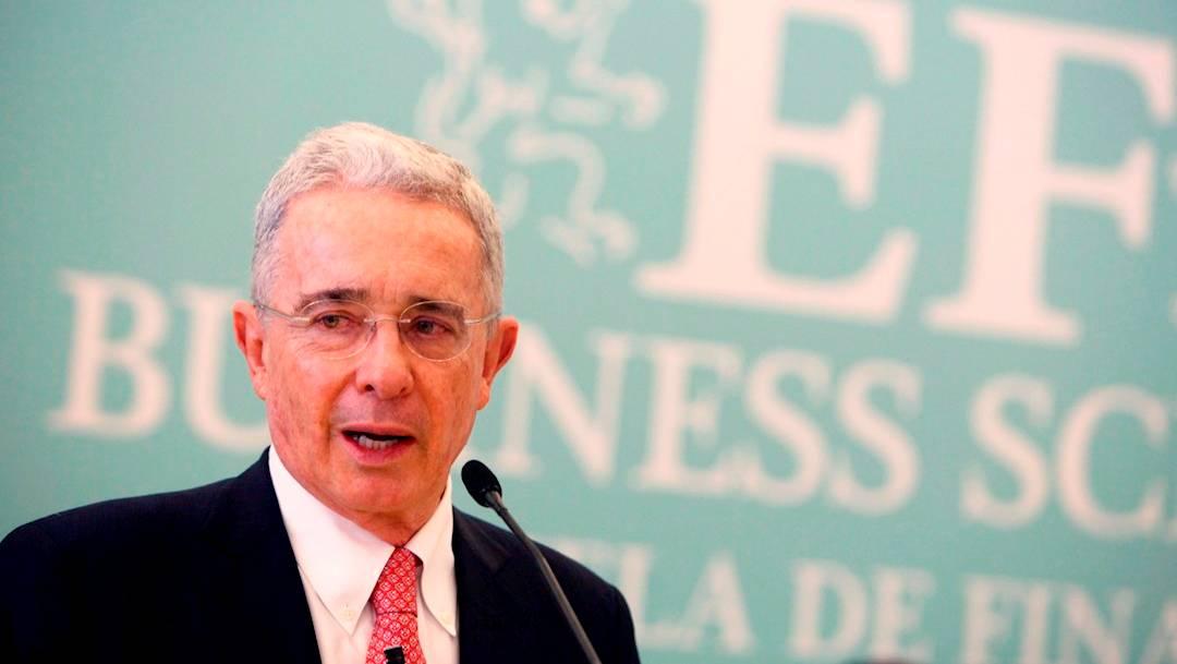 El expresidente Álvaro Uribe, detenido ayer por la justicia de Colombia, dio positivo a COVID-19. Enfrenta un proceso por presunto fraude procesal