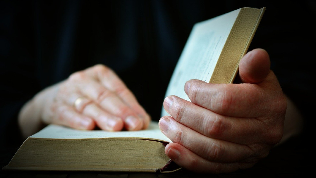 Biblia, policía, imagen ilustrativa