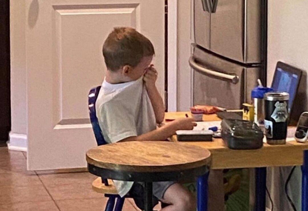 Niño llora de frustración frente a pantalla en clase virtual