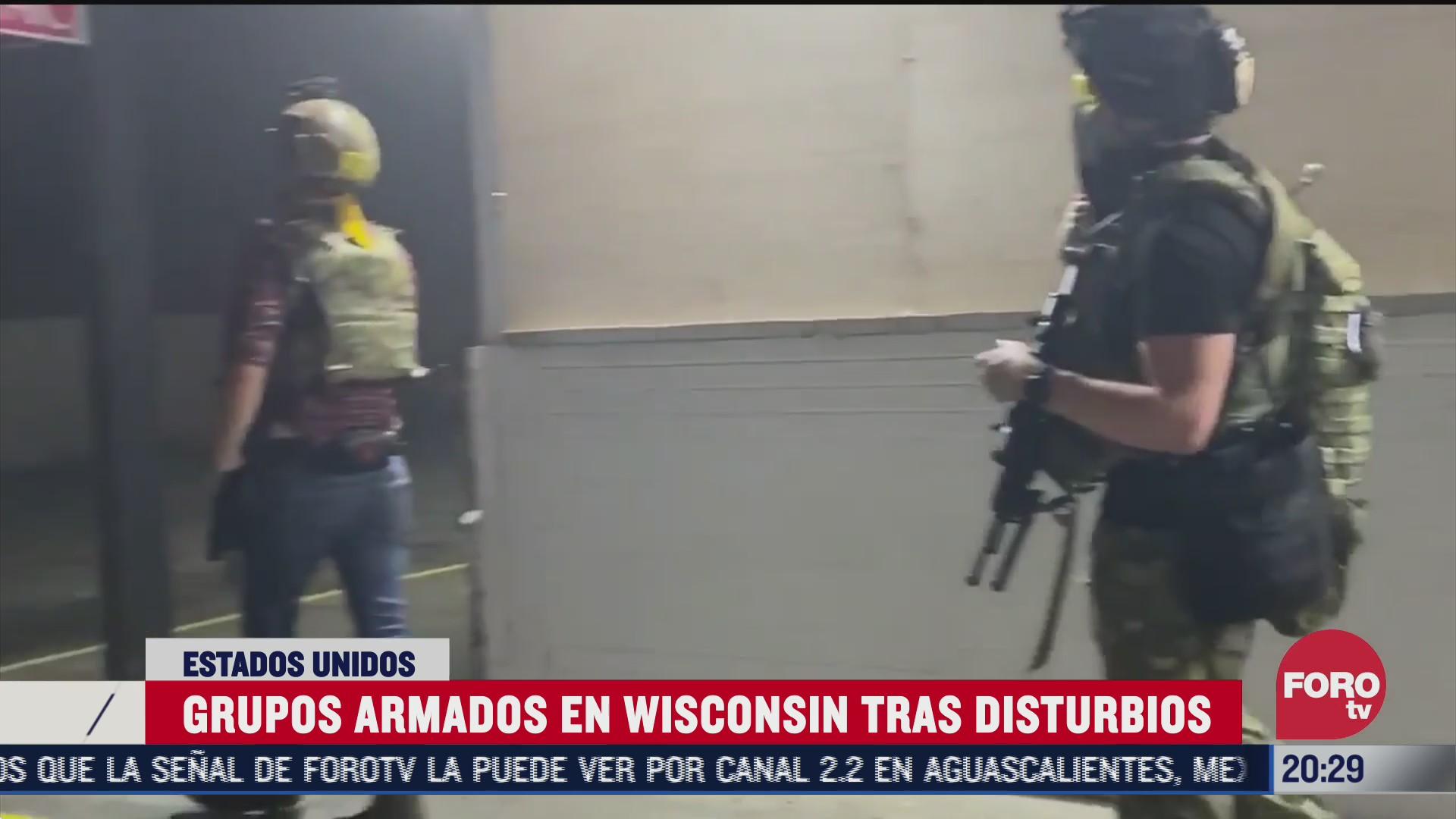 civiles fuertemente armados fueron grabados en las afueras de los negocios locales de Wisconsin Estados Unidos