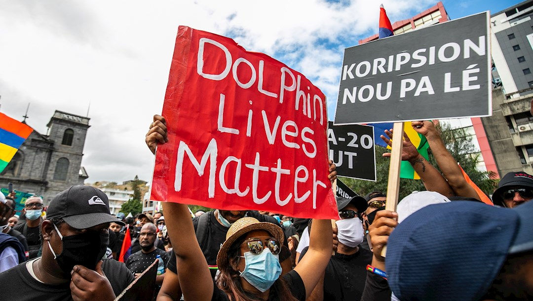 Los manifestantes llevaron puestas camisetas negras como símbolo de solidaridad tras la marea negra provocada por el derrame de petróleo