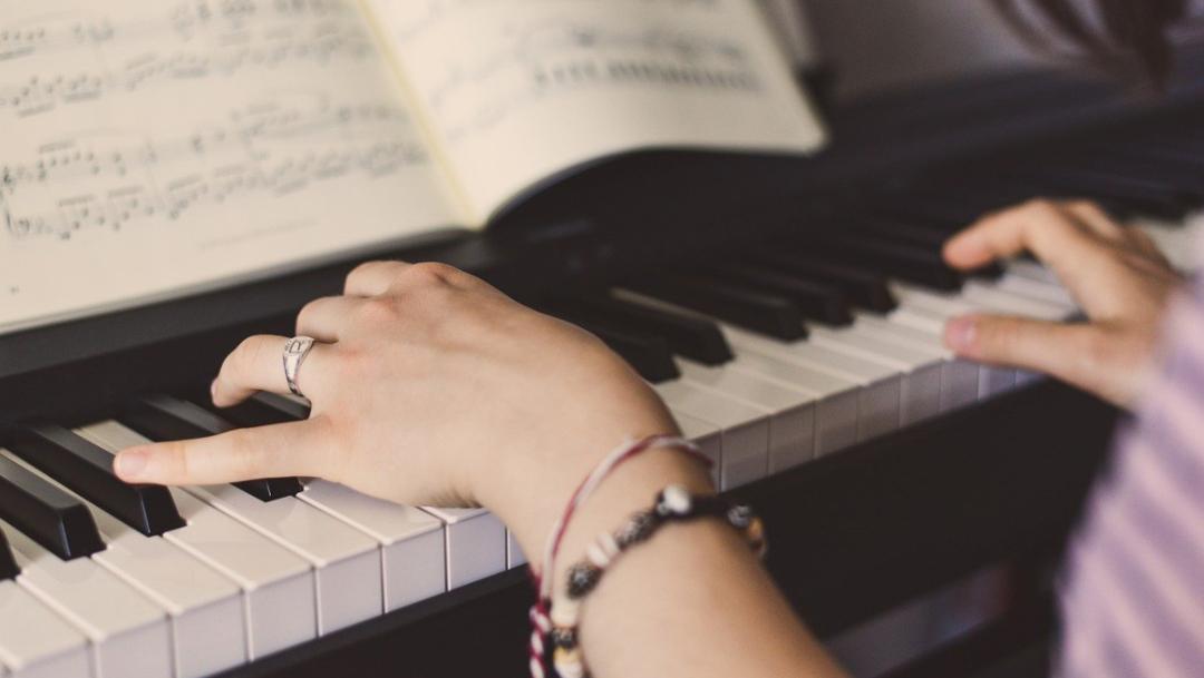 manos tocando piano