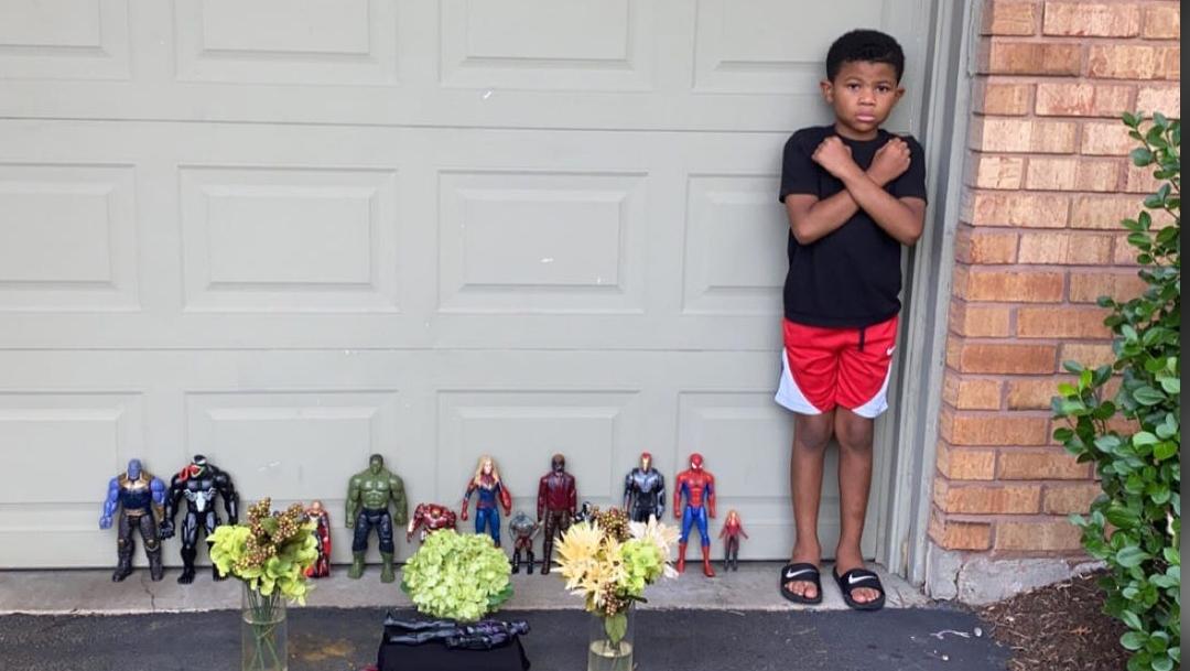 El actor que dio vida a Black Panther falleció el viernes y niños hacen conmovedores tributos a Chadwick Boseman con sus juguetes