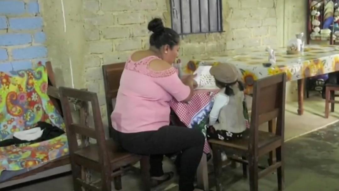 Padres y maestros de comunidad mazateca en Oaxaca se organizan para clases en línea