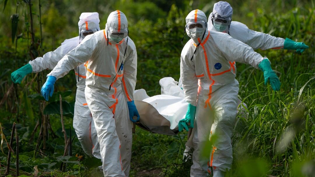 Personas trasladan cuerpo de víctima de ébola en el Congo, África