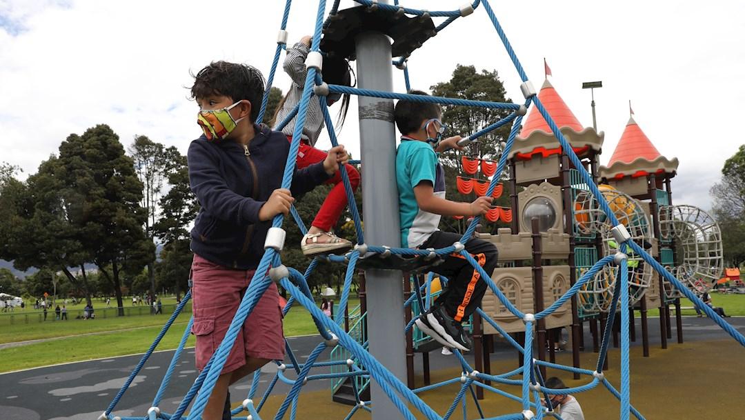 Un grupo de niños juega en el Parque Simón Bolívar de Bogotá, Colombia