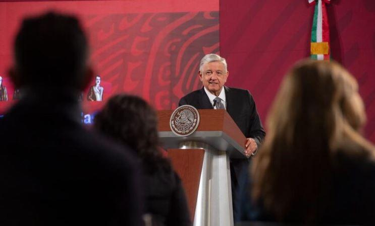 Reporteros de espaldas y de frente el presidente López Obrador