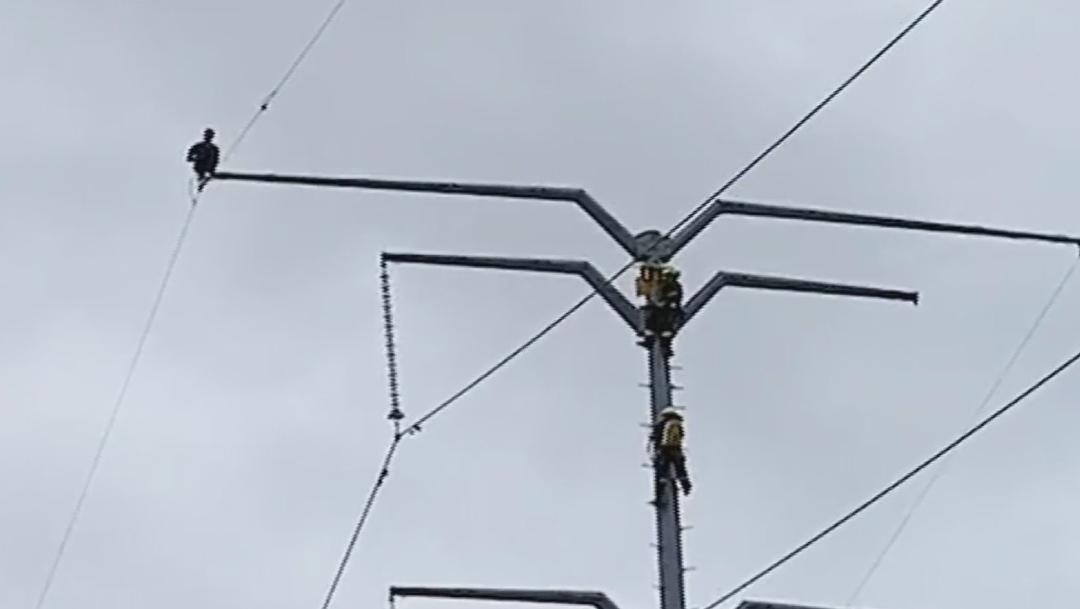 Rescatan a joven que subió a una torre de alta tensión en Querétaro