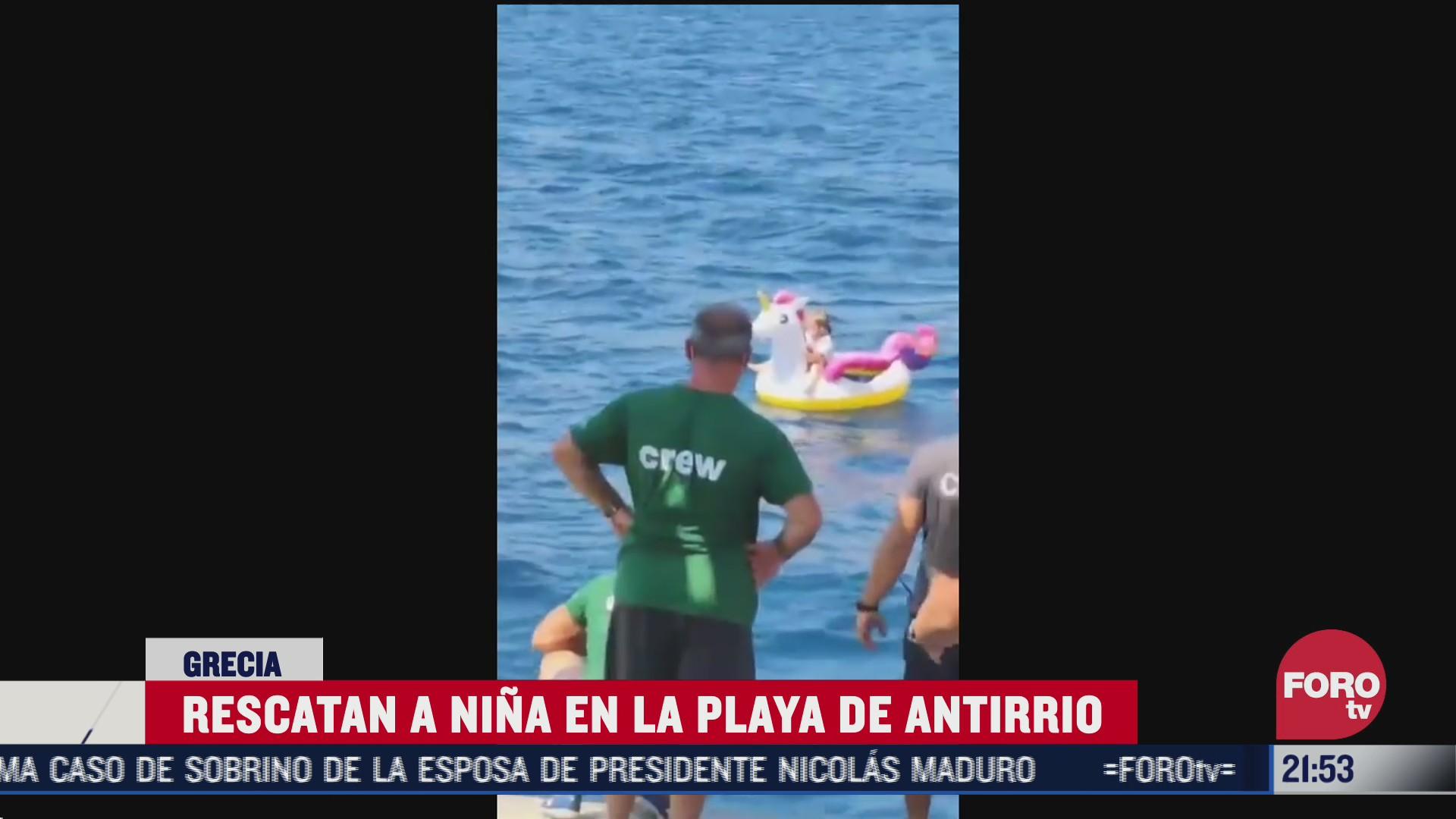rescate de una niña que flotaba sobre un salvavidas de unicornio en medio del mar