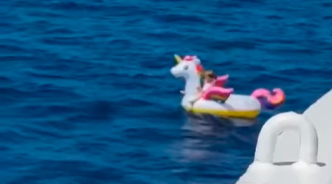 Una niña encima de su flotador de unicornio vivió un rescate en medio del mar