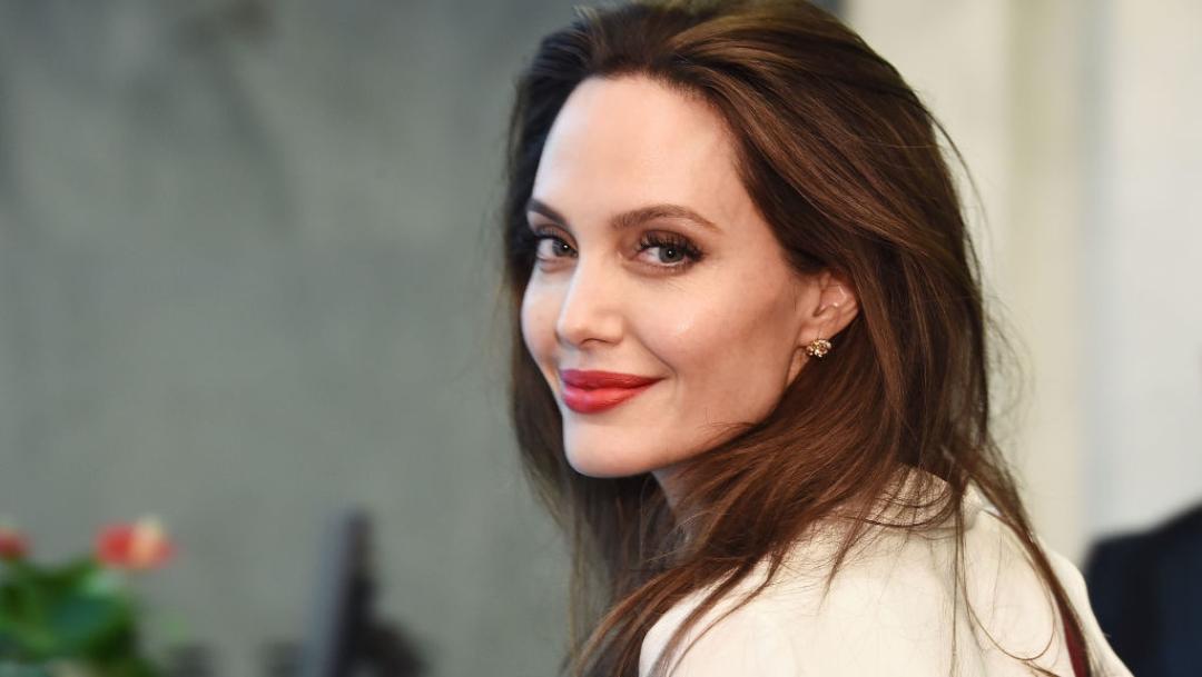 Angelina Jolie ayuda a niños que hacían colecta para Yemen