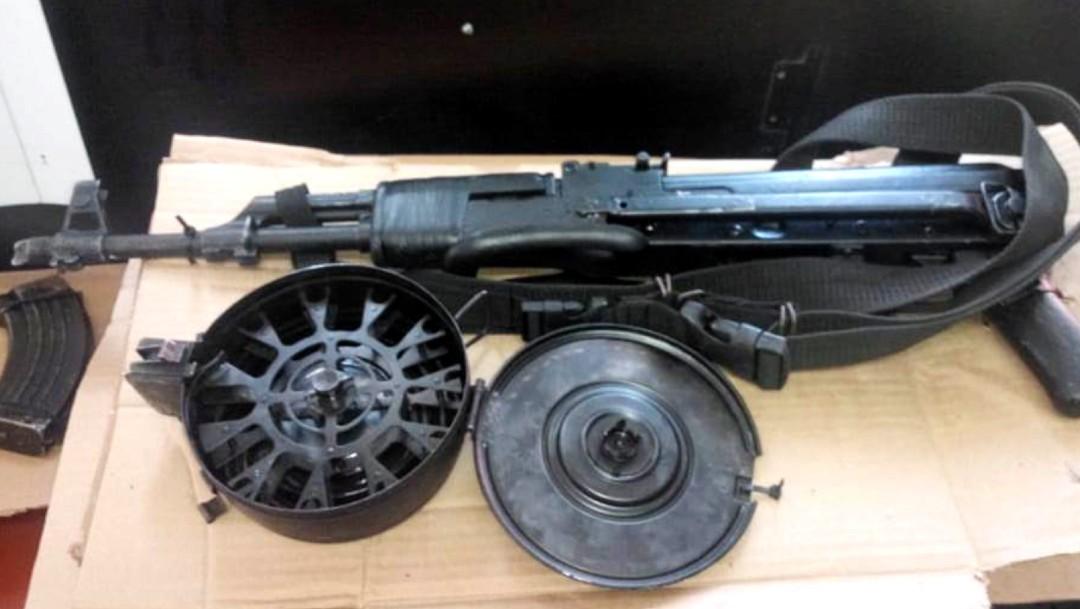 Detienen a dos personas con armas y cartuchos en Michoacán