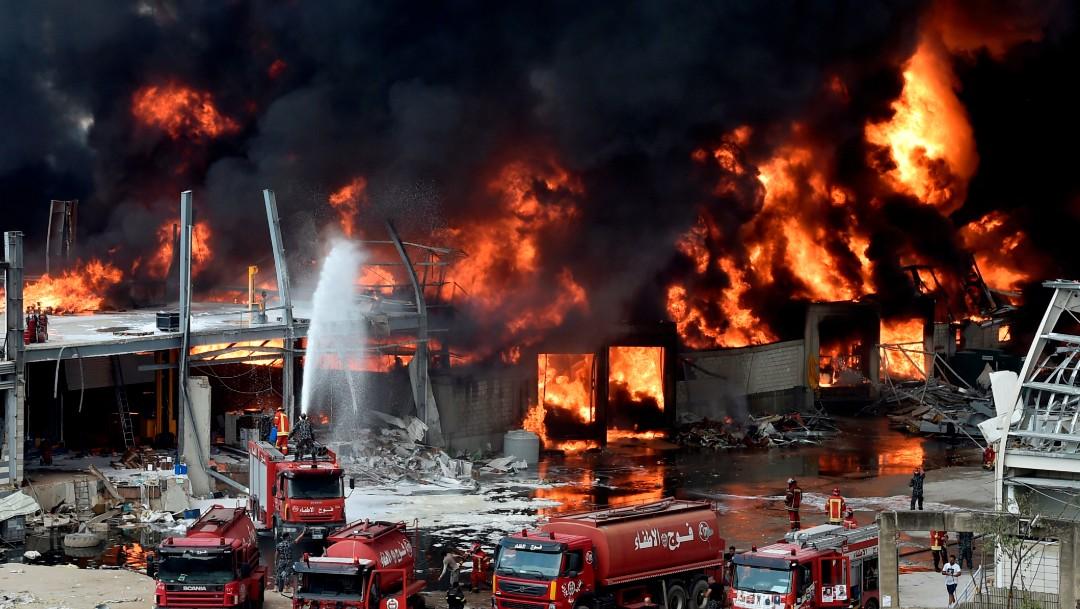 bomberos en incendio de deposito en beirut , libano