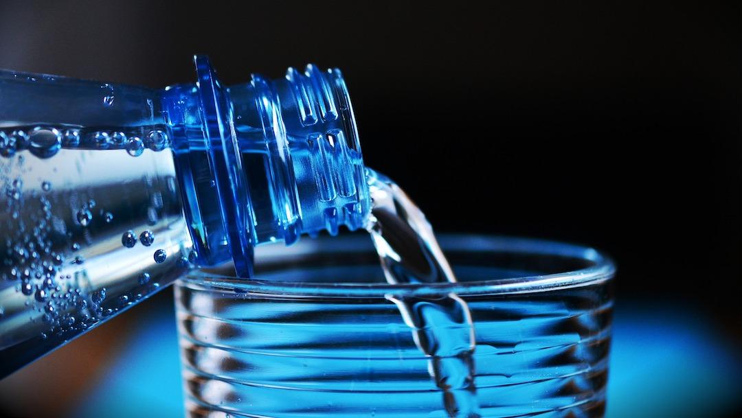 ¿Tomar agua mineral es bueno o malo?