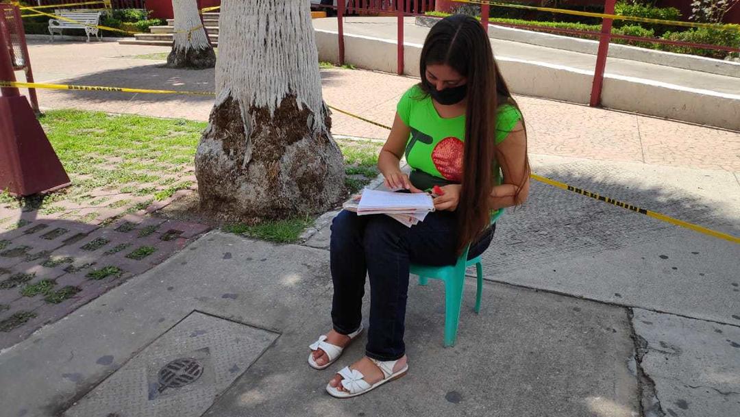Estudiante toma clases en la calle porque no tiene internet