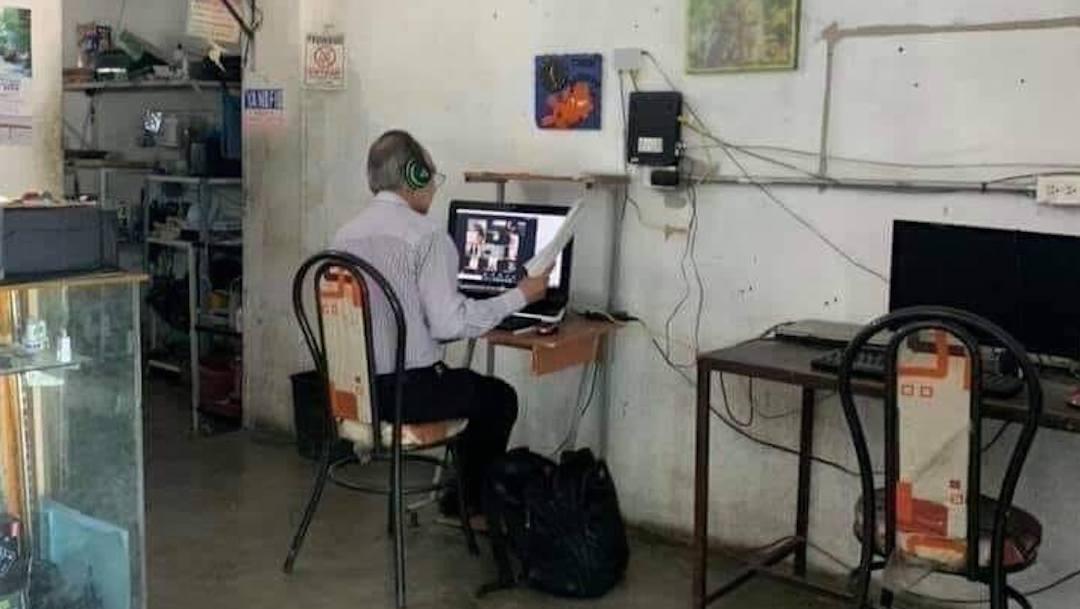 Maestro sin internet da clases en cibercafé