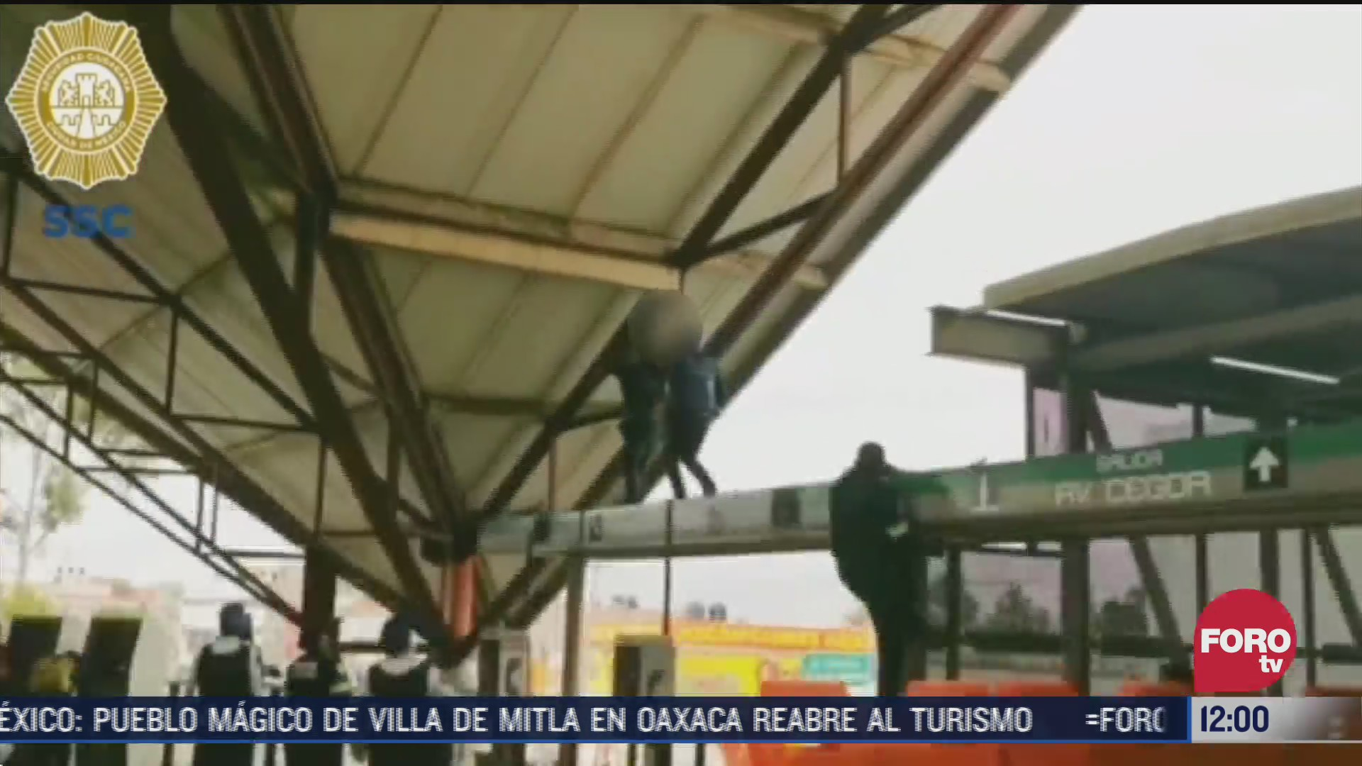 policias impiden suicidio en el metro